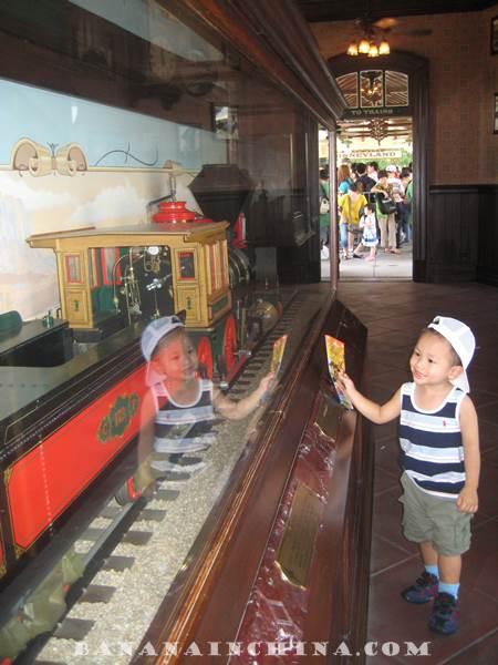 hong-kong-disneyland-model-train