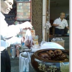 The roast chicken in the market